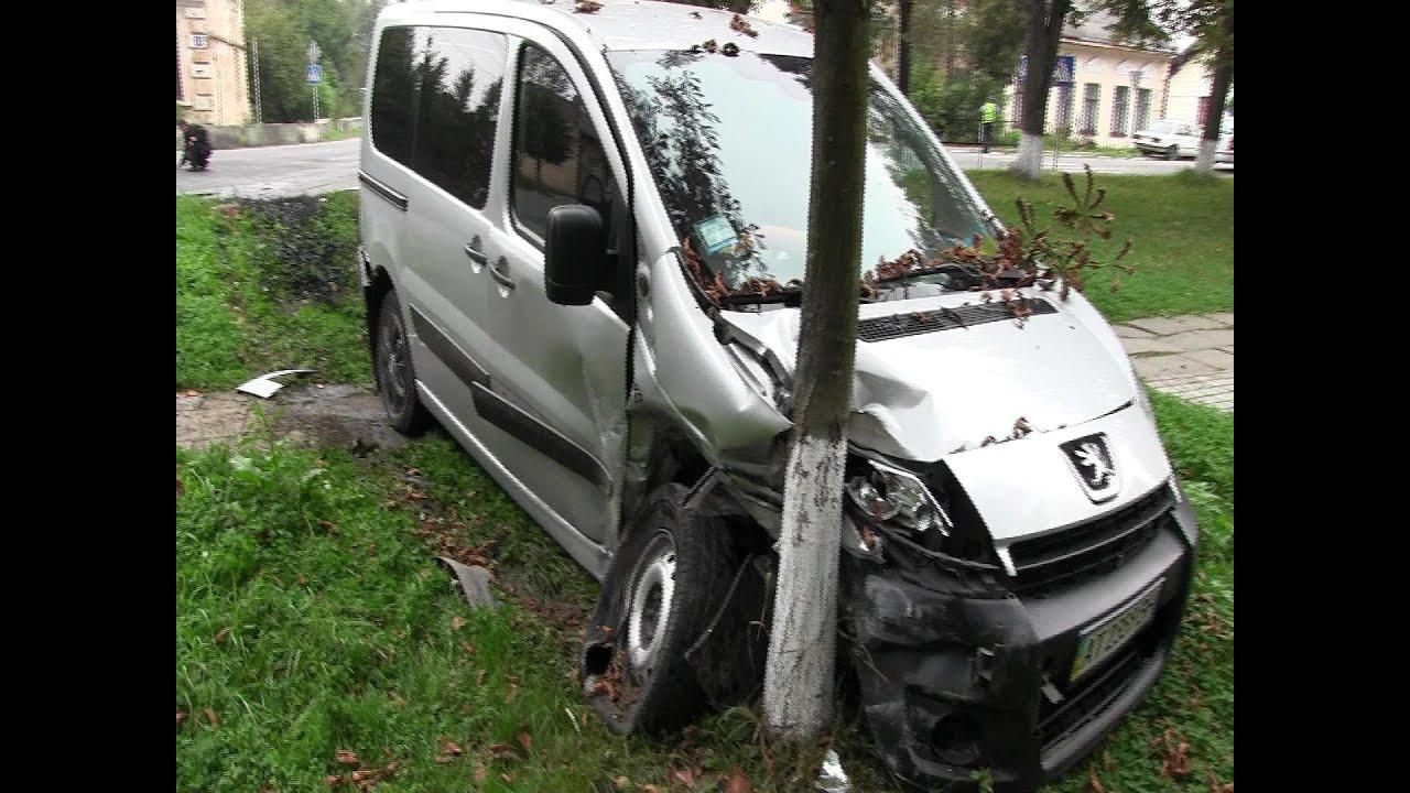 ДТП у Калуші: «Пежо» відкинуло у сквер, «Астра» — загорілася