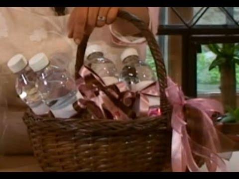 C mo decorar una canasta con chocolates dulces y agua - Como decorar una buhardilla ...