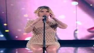 Emma Marrone senza mutande sul palco come Laura Pausini