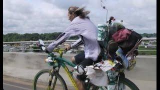 Homem que percorre o mundo de bicicleta passa por Cruzeiro do Sul