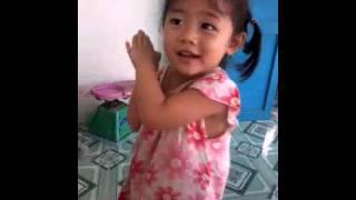 Khi em bé vừa hát vừa múa