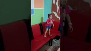 Bé 3 tuổi hát karaoke