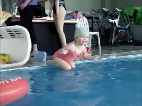 Lilou piscine b b nageur de 15 mois 30 mois youtube for Piscine bebe 6 mois