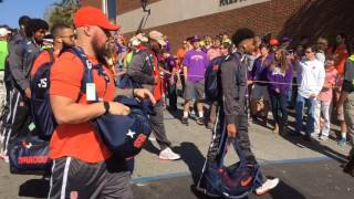 Syracuse football team arrives for Clemson game