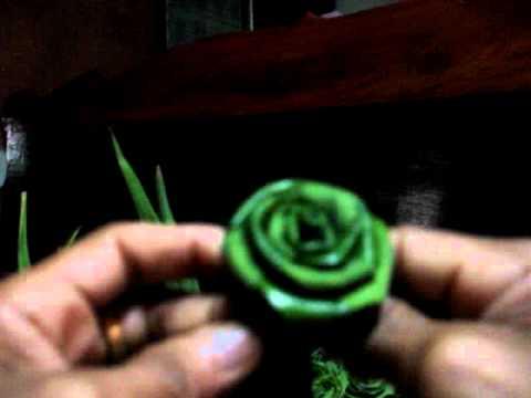 พับใบเตยหอมเป็นดอกกุหลาบ