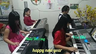 Happy New Year ( các bạn lớp nhạc đồ rê mí cùng trình bày)