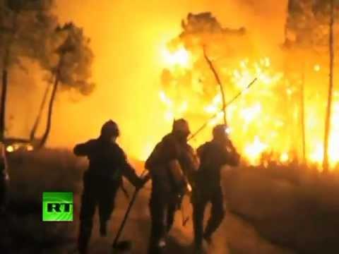 Los bomberos combaten enormes incendios en la provincia de León