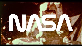 Astronauta dejando caer un martillo y una pluma en la Luna para probar la teoría de Galileo