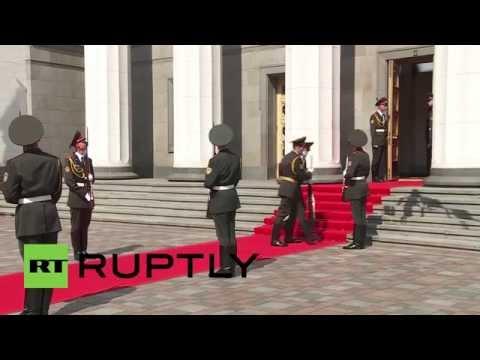 Ukraine: Inauguration fail - soldier collapses at Poroshenko's feet
