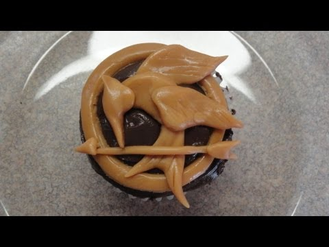 Decorating cupcakes #93: The Hunger Games - Mockingjay Pin