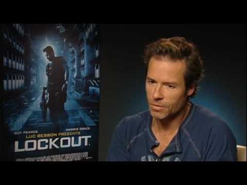 Guy Pearce Buffs Up for 'Lockout'