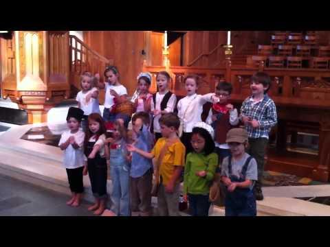 The Covenant School Nashville, TN -  Kindergarten sings Johnny Appleseed Song