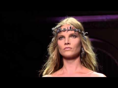 Vestido para invitadas. Glamour y elegancia en la pasarela de Versace
