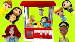 Disney Princesses Play the Claw Machine for Toys! Rapunzel \u0026 Snow White Fall in!