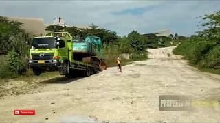 proses menurunkan excavator dari atas truck