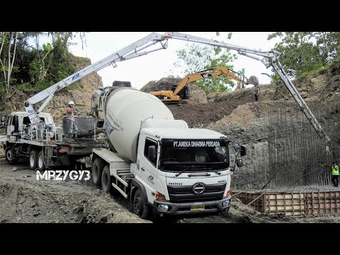 Cool!! Ready Mix Concrete Pump Truck Working On Steep Site