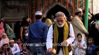 Dargah Qutbuddin Bakhtiyar Kaki, Delhi - old man throws money at musicians