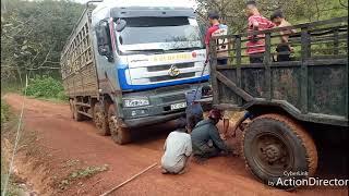 Xe máy cày kéo xe tải Cheng Long 4 chân bị lầy do đừng trơn trượt ở dốc cao