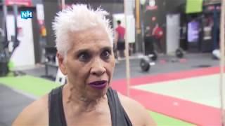 71-jarige 'Super Granny' tilt zo 100 kilo van de grond