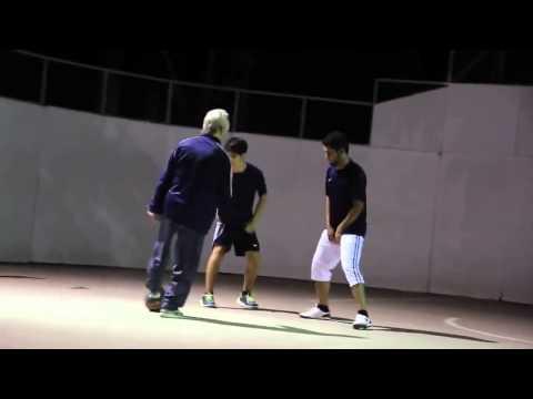 Jugador de Fútbol Freestyle se disfraza de anciano y humilla jugadores callejeros