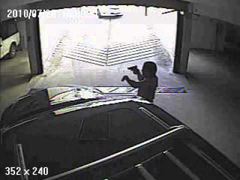 Ladron intentando robar una camioneta blindada