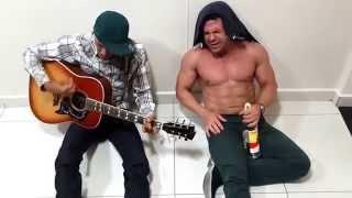 Léo Nascimento -  Léo Nascimento e Eduardo Costa bebendo uma pinga e cantando tatuagem.