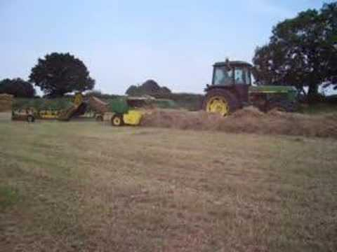 john deere 3640 baling hay! Video