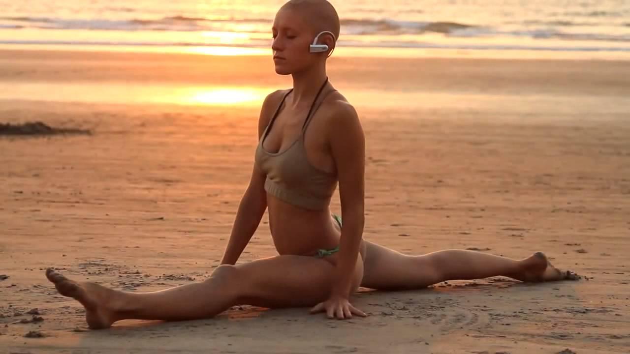 обнаженная девушка на пляже