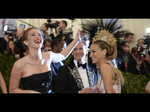 Jennifer Lawrence Pets Sarah Jessica Parker's Headdress at the Met Gala! | POPSUGAR News