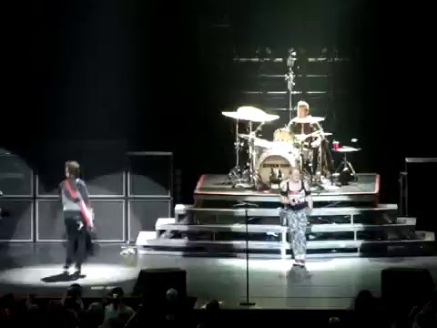 """Green Day - Girl from audience performs """"Longview"""" (@ Ericsson Globe, Stockholm, SWEDEN 11.10.2009)"""