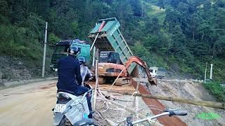 hmong mu cang chai   Máy cẩu xúc đất, ô tô đổ đất