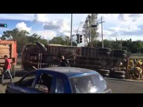 Camión de volteo se recostó en Av Laureles frente a DIF Zapopan