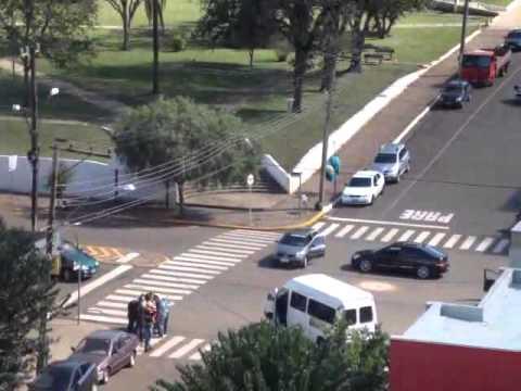 Momento da fuga dos assaltantes do Banco do Brasil, em Sarandi, no Norte do RS