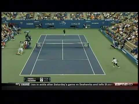 ロジャー フェデラー Hits Another Tweener Between The Legs Shot - 全米オープン 2010 - 1st Round