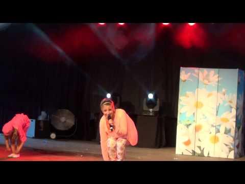 Kathleen Aerts doet de Gangnam Style (Worstenfeesten Beerse) (23/08/2014)