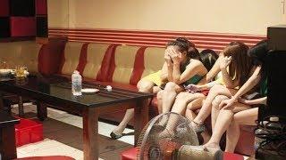 """Thoát y chiều khách """"tới bến"""" ngay tại quán karaoke"""
