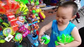 Kẹo Bàn Tay. Bé Đi Mua Kẹo Bàn Tay Về Chơi. Minh Minh TV