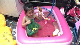 clip 3 # Bé tắm bể bơi, bể bơi trong nhà và chơi đồ chơi