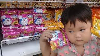 Đồ chơi trẻ em bé pin đi mua mì doremon❤ PinPin TV ❤ Baby toys buying noodles