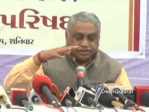 RSS pracharak Manmohan Vaidya replying media's questions at Gujarat Shibir