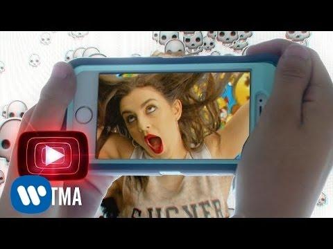 Смотреть клип CHARLI XCX — Famous