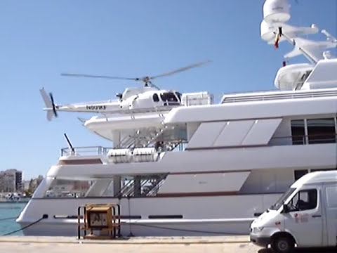Helicóptero aterrizando en un yate