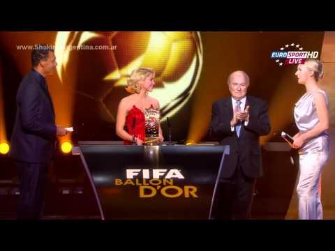 (www.Shakira-Argentina.com.ar) Shakira entregando premio en la gala
