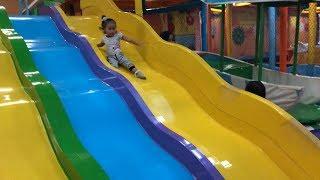 Balita Bermain Perosotan dan Mandi Bola di Playground - Kids Indoor Playground Fun Time