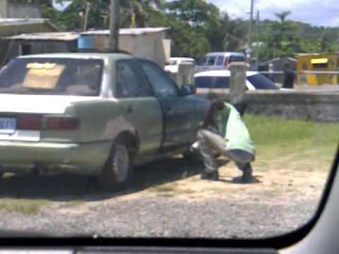 man use tin spray to spray car