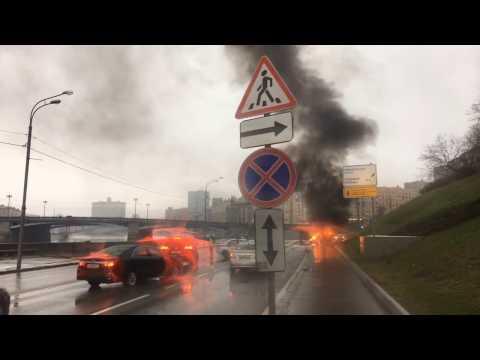Maserati врезался в столб на Ростовской набережной