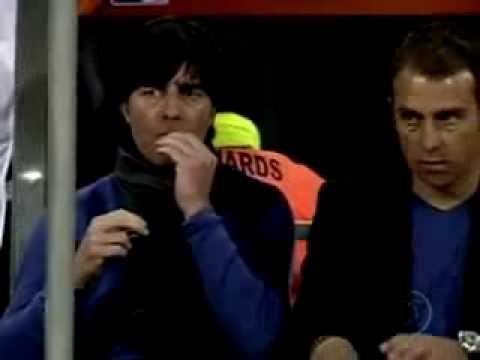 Técnico da Alemanha joachim low come meleca durante o jogo Alemanha x Inglaterra