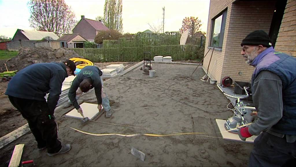 Pose de dalles de terrasse youtube for Bordure ciment pour jardin