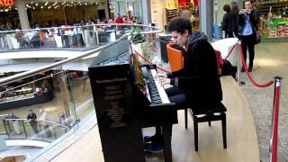 Amazing & spontaneous Piano Medley in a German Shopping Mall by Thomas Krüger – Flashmob