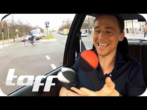 Tom Hiddleston Bonus Scenes Jonglieren - Juggling in Berlin - Stars In Cars | taff